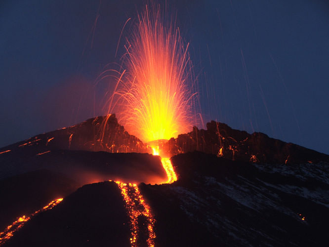 (http://www.ephotozine.com/articles/photographing-volcanoes--extract-19878/images/Eruptions_Night.jpg)