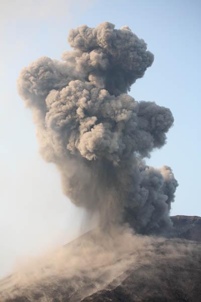 (http://www.photovolcanica.com/VolcanoInfo/Krakatau/KRAK08_0726.jpg)