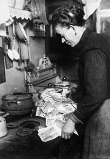 (http://www.bbc.co.uk/schools/gcsebitesize/history/images/hist_hyperinflation.jpg)