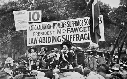 A Suffragist rally in Hyde Park (http://www.bbc.co.uk/staticarchive/d8dd4cd1c86a89f00a8548d347c67edacc9cbafb.jpg)