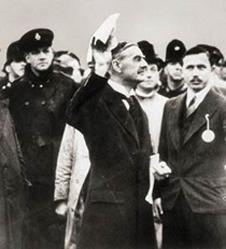 Chamberlain waving the Munich Agreement (http://www.bbc.co.uk/schools/gcsebitesize/history/images/hist_chamberlain_peace.jpg)