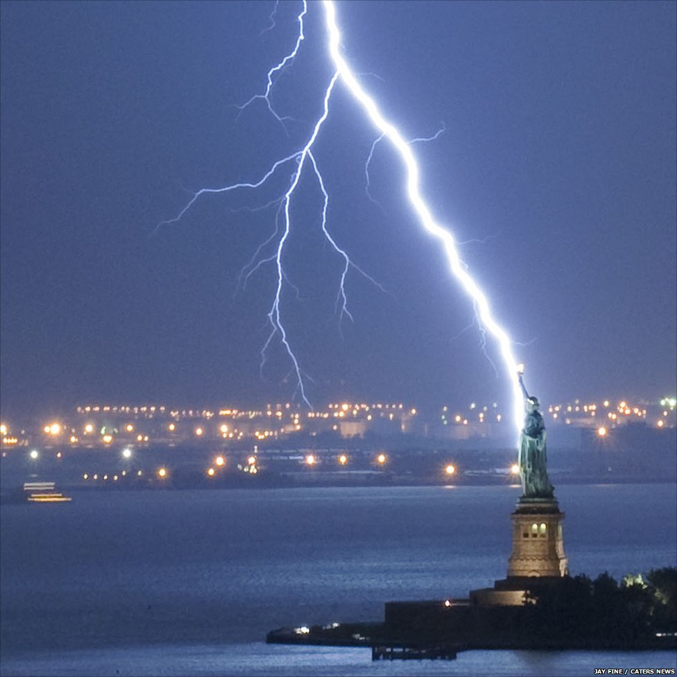 (http://news.bbcimg.co.uk/media/images/49482000/jpg/_49482272_caters_lightning_new_york_01.jpg)