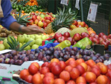 A selection of fruit on a market stall (http://www.bbc.co.uk/schools/gcsebitesize/business/images/fruit_goods.jpg)